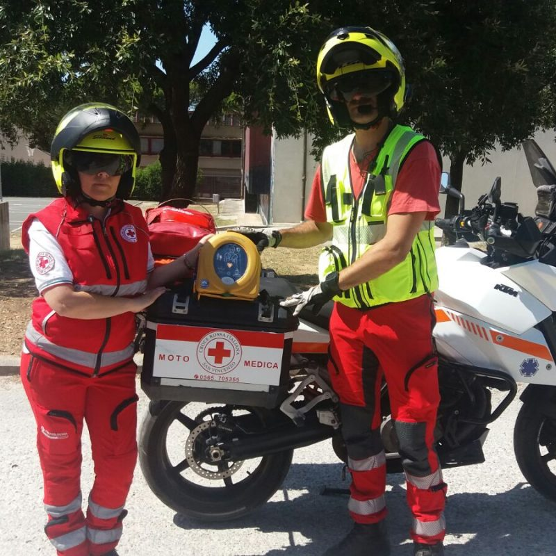 Croce Rossa Italiana di San Vincenzo moto con defibrillatore samaritan